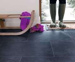 <b>PRAKTISK:</b> I entreen er det praktisk med gulv som tåler litt søle. Her er det lagt LVT-fliser fra Polyflor. (Foto: Polyflor)