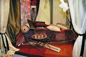 Tapeter og tekstiler henter inspirasjon fra Østens mystikk. Varme, dype toner kombinert med gult og gull, gjerne supplert med elementer i smijern.