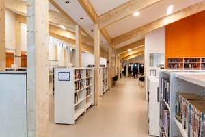 <b>STILLE GULV:</b> På gulvet i Seljord bibliotek ligger 500 kvadratmeter med beige og oransje gulvbelegg fra Ehrenborg. Limtrekonstruksjonen i rommet skal illustrere en åpen bok.