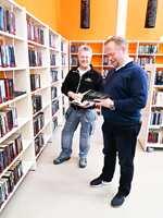 <b>LESEHESTER:</b> Morten Hansen fra Ehrenborg og Aslak Hauge fra Telemark Tapet og Maling AS slår fast at bøkene er klare for utlån.