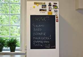 Er det ett sted du trenger huskelapper og plass til å skrive viktige beskjeder, er det kjøleskapet.