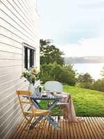 <b>FARGE:</b> La terrassen spille på lag med omgivelsene, husfargen og annet rundt. Terrassen her er behandlet med Beckers Terrasseolje i Teak 9302.