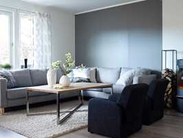 Stuen ble som ny med slette veggplater på alle vegger, og ny laminat på gulvet.