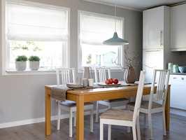 Kjøkkenet fikk ny innredning fra IKEA, nye veggplater og nytt laminatgulv.