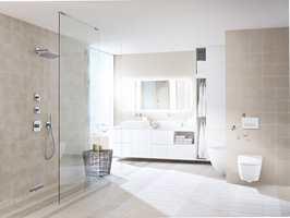 Hele overflater er viktig for et enkelt renhold av badet. Det er lett å komme til med moppen under et vegghengt toalett.