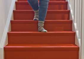 <b>SIKKER:</b> Et hellimt teppe med lav og tett luv er blant det sikreste du kan ha i trappa. Her skal det mye til for å skli, selv med glatte sokker! (Foto: Mari Rosenberg/ifi.no)