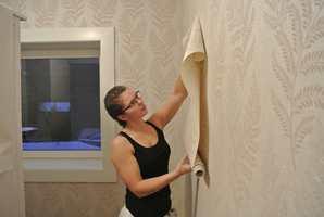 Silje Egeland fra Kristiansand er utdannet maler. Hun jobber på Sørlandet. – Noe av det morsomste jeg vet er å tapetsere, sier hun.