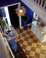 Gulvet har vinylfliser med marmor- og tremønster. Den blå veggen gir kraftig farge til rommet og er en spennende løsning.