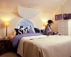 Hovedfargene er lyse og sarte. Enkeltelementer som vindus-skygger, sengeteppe og smådetaljer understreker stilen.