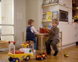 Luca og Gabriel har god plass til lek.