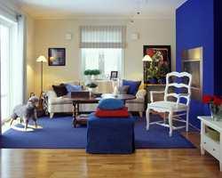 Bruk av den kraftige blåfargen går igjen flere steder i huset. Her fra peisestua.