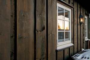 <b>SJEKK VINDUENE:</b> Ta en titt på vinduene mens du sjekker fasaden. Trenger de ny behandling? (Foto: Tyrilin)