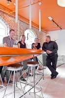 Marco Schön, Cecilie Austerå og Anne-Cathrine Kjensli fra Skaara Arkitekter fikk hjelp fra INTAGs salgsrepresentant Håkon Kristiansen med å plukke ut teppegulv til lokalene.
