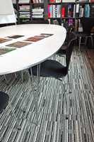 Teppet er vevet av garn av god kvalitet og med løkkevev, og baksiden består av modifisert bitumen med 10 prosent resirkulert materiale.