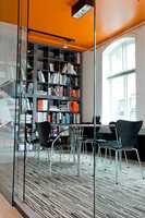 Lokalene fungerer som referanseobjekt og utstillingsvindu, og da de ble pusset opp, la arkitektene vekt på å vise at det finnes fargerike alternativer til gråskalaen.