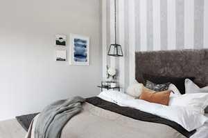 KLASSISK STIL: Tapet i gråfargede striper (Flow stripes grey concrete) er en fin kontrast til den lyse veggen og gir rommet et mer klassisk preg.