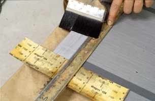 Lasuren får en rett avslutning ved å bruke linjal.