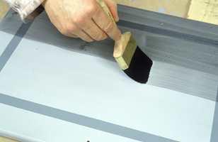 Lasuren påføres over hele døren når strekdekoren er tørr. Arbeid lasuren ut i ulike retninger.