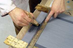 Lasuren males horisontalt på topp og bunn av skapdøren for å gi inntrykk av speil i dørplaten.