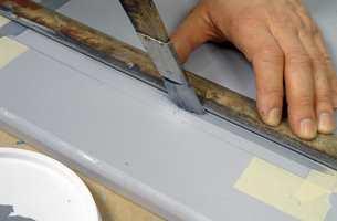 Bruk strekpensel og stållinjal og trekk opp rammen. Mål opp avstandene på forhånd.