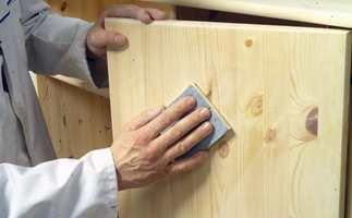 Først mattslipes lakken med slipepapir. Da oppnår man god vedheft.