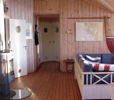I denne delen av stuen nærmest grodde vegger, gulv og tak sammen, og det gulnete panelet sloss om oppmerksomheten med skipsgulvet.