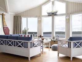 I og med at stuen har så store vinduer, måtte det tas hensyn til sollyset da veggfargen skulle velges. Den delen av rommet som vender mot sjøen og møter sollys, har fått den varmeste fargen.