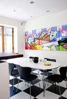 Hele rommet får energi av bildet som formelig lyser i farger mot det sorte og hvite.