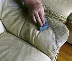 Enkel møbelrensing med svamp.