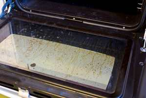 <b>IKKE ET VAKKERT SYN:</b> Skitne dører og innbrente matrester i ovnen er ikke et vakkert syn. (Foto: Mari Andersen Rosenberg/ifi.no)