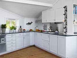 Kjøkkenet skiftet fullstendig karakter! Underskapene er malt i en mørkere farge enn overskapene, noe som skaper en fin tyngde i rommet.