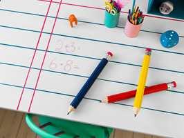 <b>TAVLEGØY:</b> Mal skrivebordet eller veggen med tavlemaling, så kan minstemann både tegne, regne og skrive så mye han vil.
