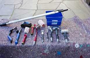 I verktøypakken for utendørs malearbeider bør det inngå en skrape eller to, rullesett for utendørs bruk, noen pensler av ulik størrelse, og forlengerskaft. Sett gjerne både rull og pensel på langskaft.