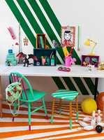 <b>FLERFARGET:</b> På et barnerom eller et rom der du skal være kreativ, passer det kanskje bedre å ta den helt ut. La stolen få flere farger, for å skape et lekent uttrykk! (Foto: Beckers)