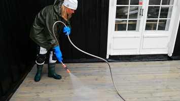 SKYLL GODT: Det er viktig å fjerne alle såperester fra terrassen for å unngå skjolder.