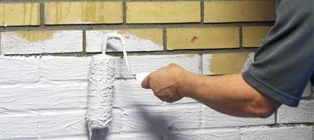 Vi er lei teglsteinsmuren bak peisen, og ønsker nå heller en helt slett brannmur. Hvordan kan vi på enkleste måte få brannmuren slett uten å måtte rive teglsteinen? Finnes det for eksempel noen tynne plater som man kan spikre/lime utenpå teglsteinen?