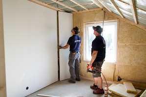 <b>SLETT:</b> Ferdiggrunnede slette veggplater kan monteres på eksisterende vegg eller direkte på stenderverk. I begge tilfeller blir resultatet en slett vegg klar for maling eller tapetsering.