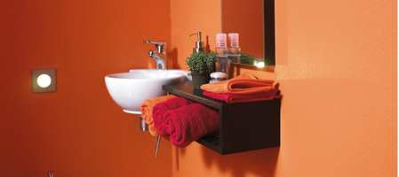 Oppussing av badet kan være en forvirrende affære, med våtromsnormen og våte og tørre soner. Gulv er som regel ikke så vanskelig å finne, men vegger kan være litt verre. Fliser er jo et sikkert valg, men hva om man ønsker helt slette vegger?