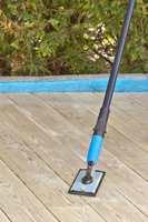 <b>KLARGJØR TREVERKET:</b>Slitt treverk og fiberreisning etter rens og vask slipes lett vekk med et slipepapir og slipebrett på forlengerskaft. Gå lett over, du trenger ikke å gnikke veldig hvis ikke treverket er meget slitt.