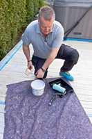 <b>FORBEREDELSE:</b> Slå over beisen i et egnet malekar. Legg gjerne en dekkefilt under slik at du ikke søler på plattingen. Dekk også til områder som ikke skal beises. Dekkefilt, maskeringstape og elektrostatisk plastfolie beskytter tilstøtende områder.