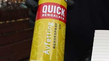 ENKEL FORNYING: Sprayen gjør fornyelse av gamle gjenstander meget enkel. Spray på, la virke, tørk av. Deretter kan du male!