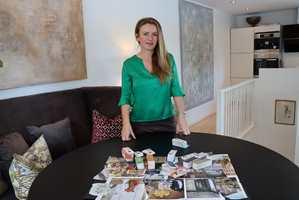 Henriette fra Bærum fikk besøk av IFI for å lære å lage sitt eget stemningskart.   – Nå har jeg endelig funnet mine fargefavoritter, sier hun.