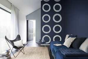 <b>DET TRYGGE BLÅ</b> Vil du velge en farge som er helt trygg på gjesterommet – så går du for blått. Det mener Stine Norli, markedssjef hos Nordsjö Idé & Design. (Foto: Nordsjö)