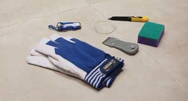 <b>VERKTØYKASSEN:</b> Du trenger arbeidshansker, en tynn gitarstreng, vindusskrape, kniv, skuresvamp og en unbrakonøkkel når limte veggdetaljer skal fjernes på badet.