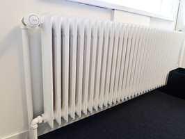 <b>HINDER:</b> En radiator på veggen er vanskelig å demontere. Det finnes heldigvis malervektøy som gjør det mulig å male veggen bak.