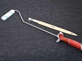 <b>LITEN PLASS:</b> Det finnes verktøy som kommer til på de trangeste steder. En lang og tynn pensel og en minirull på langt skaft er et «must» når du skal male på små plasser.