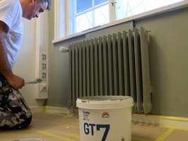 <b>DISKRET:</b> Vil du ha en «usynlig» radiator, mal den i samme farge som veggen bak.