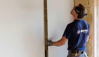 Veggplater er en rask vei til ny, slett vegg. Her viser vi hvordan de settes opp.