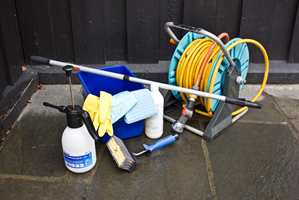 <b>DETTE TRENGER DU:</b> Det viktigste verktøyet er vann, såpe beregnet for husvask og en vaskekost.