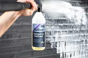 En årlig rengjøring av fasaden fjerner skitt og smuss, og forhindrer at svertesopp og grønske ødelegger malingen. Husvask er enklere enn du tror – her er ekspertenes tips!